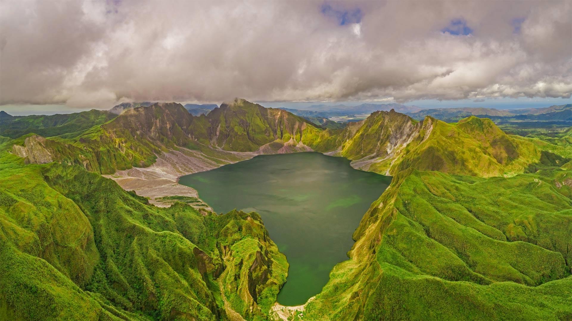 鸟瞰皮纳图博火山湖和山脉,菲律宾波拉克 (© Amazing Aerial Agency/Offset by Shutterstock)