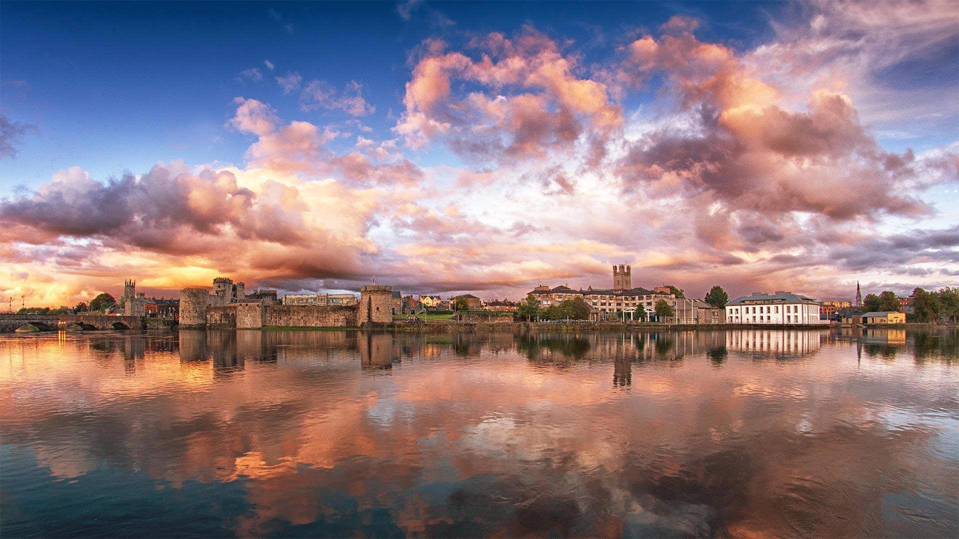 香浓河对岸的景色,爱尔兰利默里克 (© Piotr Machowczyk/Shutterstock)