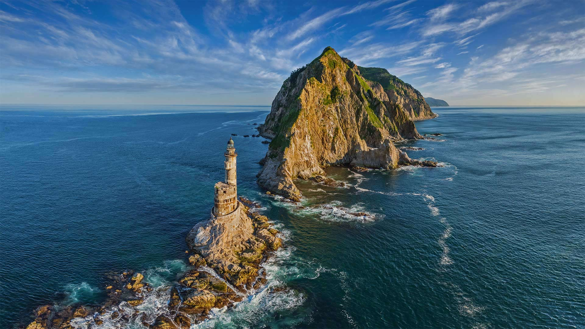 阿尼瓦角的灯塔,俄罗斯萨哈林岛 (© Amazing Aerial Agency/Offset by Shutterstock)