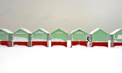 布莱顿-霍夫被雪覆盖的海滩小屋,英国