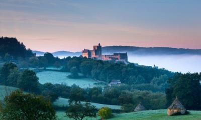 俯瞰着多尔多涅河谷的贝纳克城堡,法国