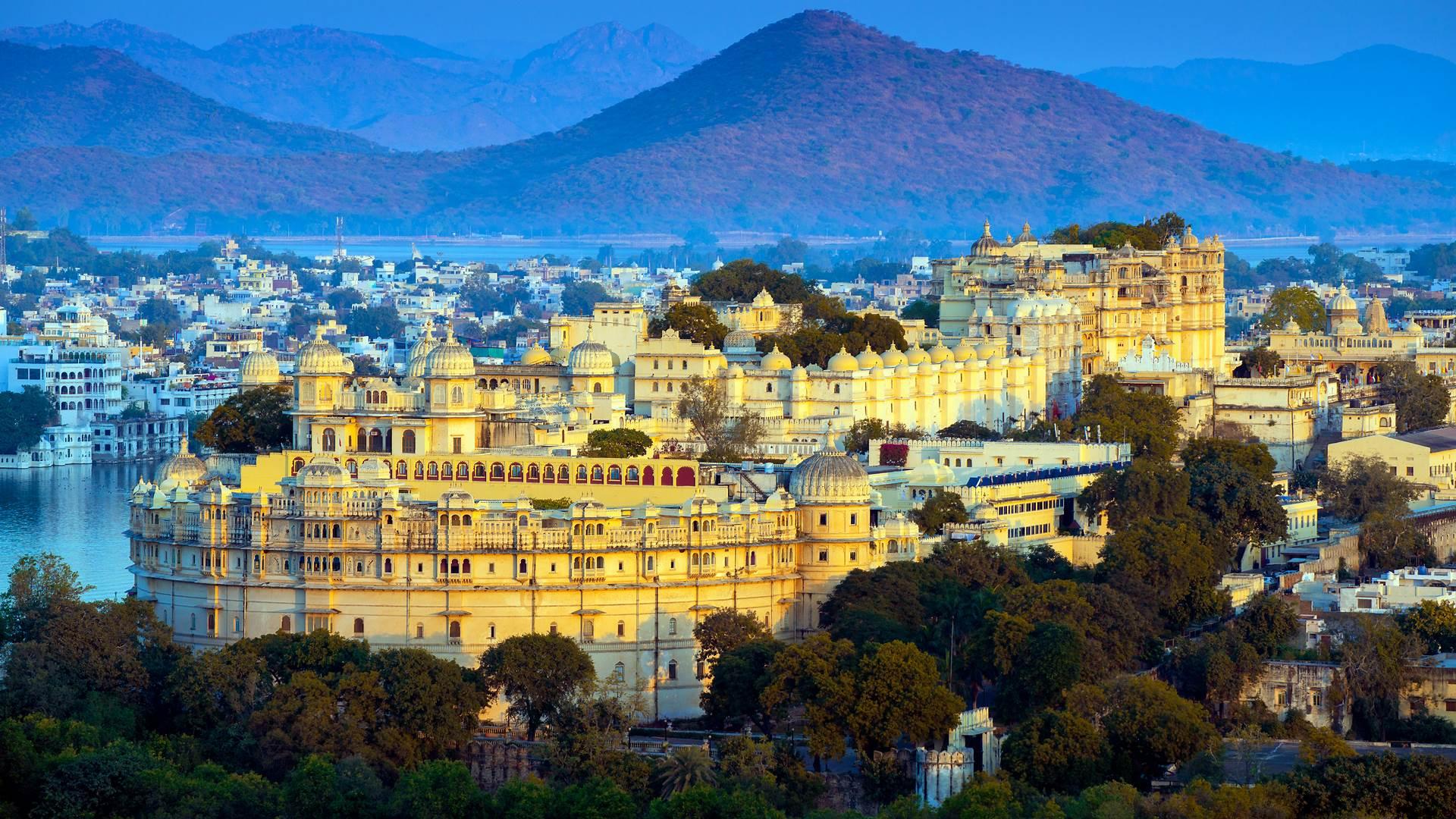 皮丘拉湖畔的乌代布尔城市宫殿,印度