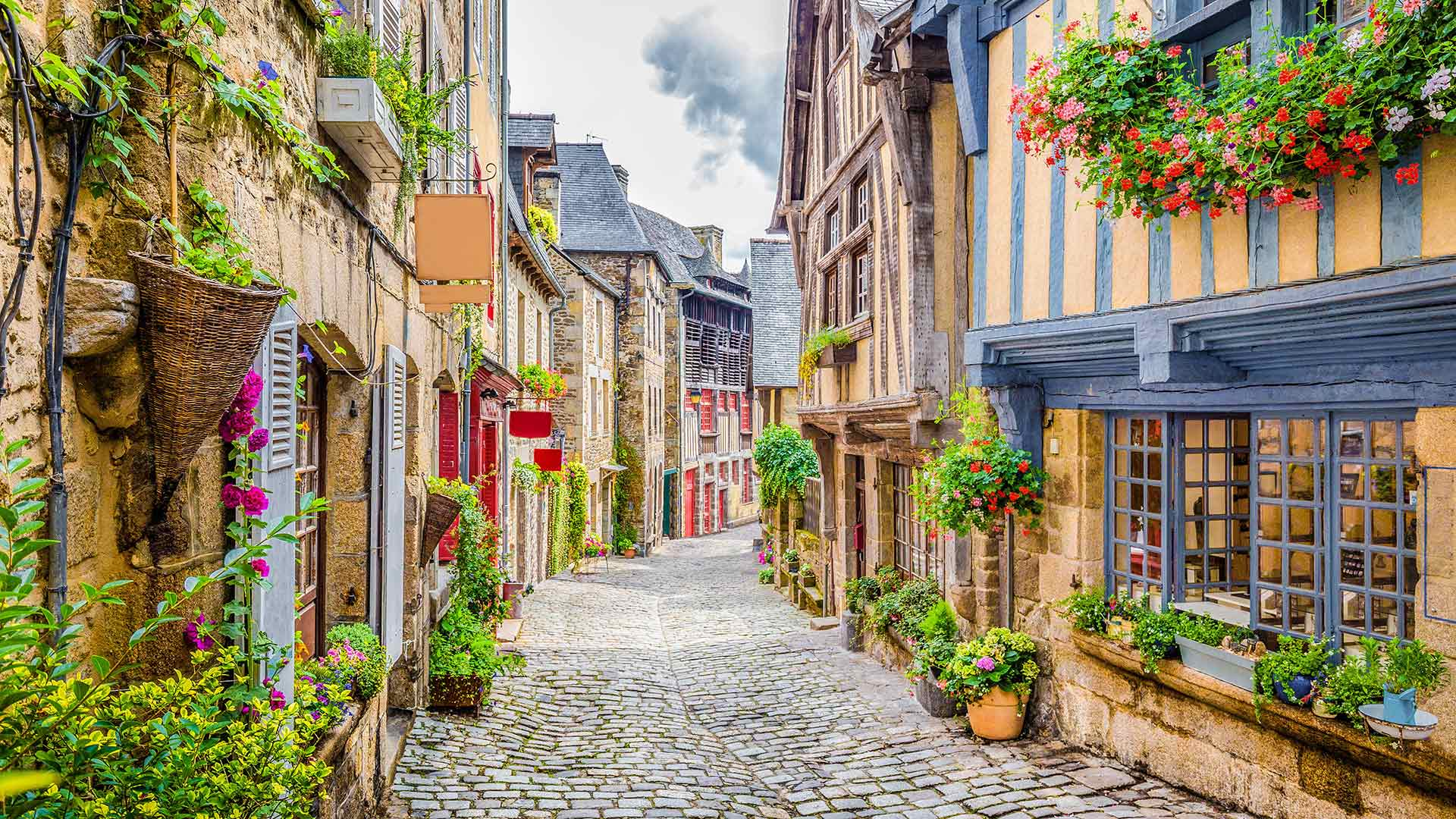 Dinan镇的鹅卵石铺成的街道,法国布列塔尼 (© Scott Wilson/Alamy)
