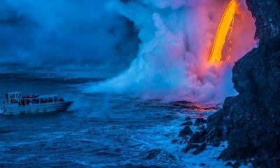 一艘游船经过时熔岩流撞击水面产生爆炸,夏威夷火山国家公园