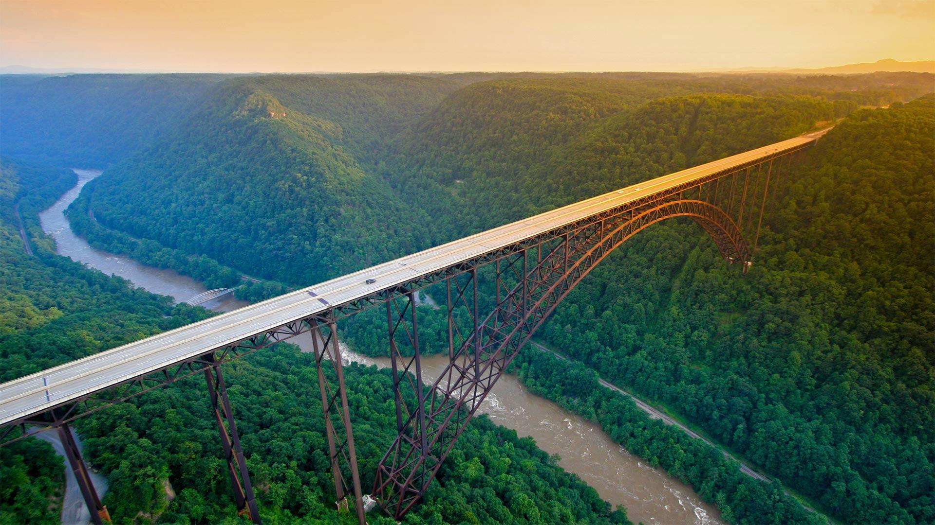 新河峡国家公园中的新河峡大桥,西弗吉尼亚州 (© Entropy Workshop/iStock/Getty Images Plus)
