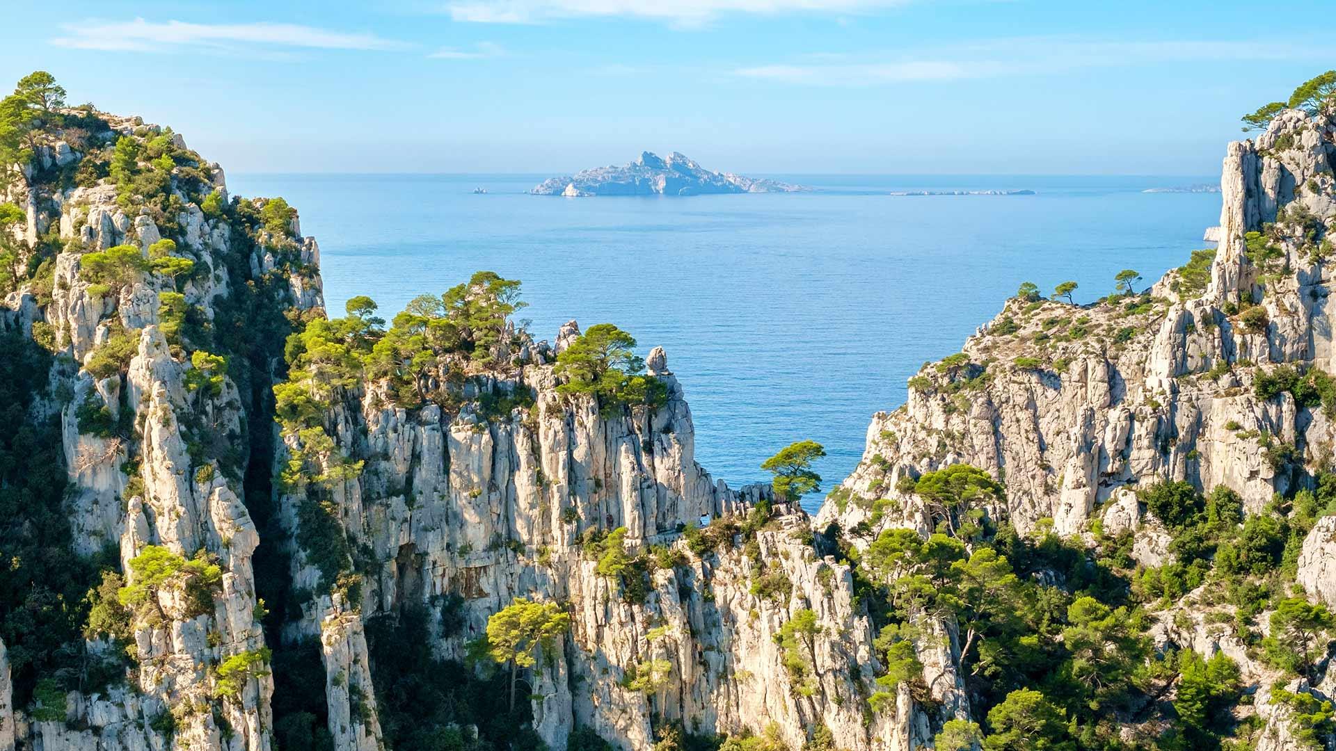 从昂沃峡湾眺望里欧岛,法国马赛 (© Jason Langley/AWL Images/Offset by Shutterstock)