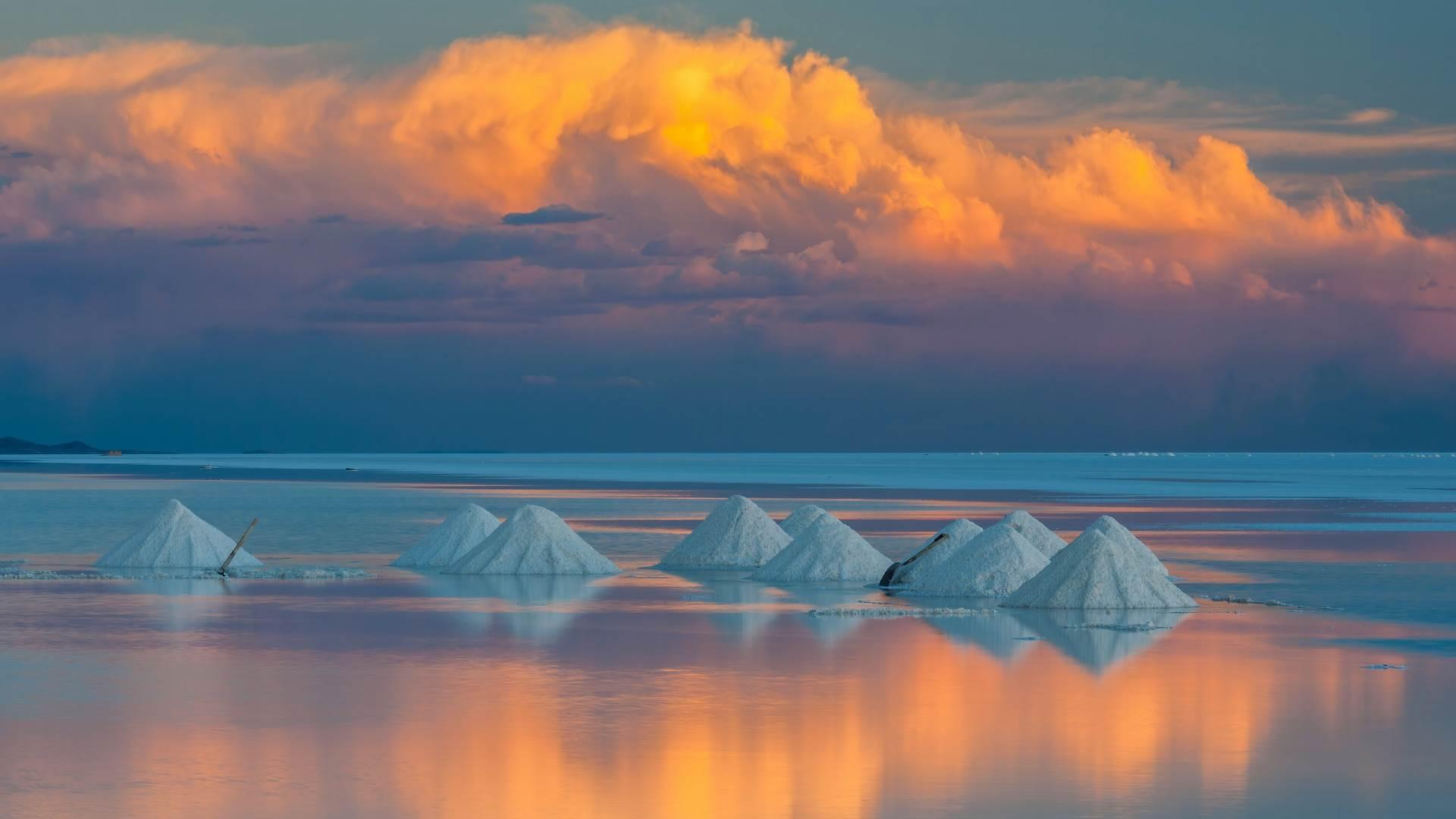 乌尤尼盐沼上的锥形盐堆,玻利维亚