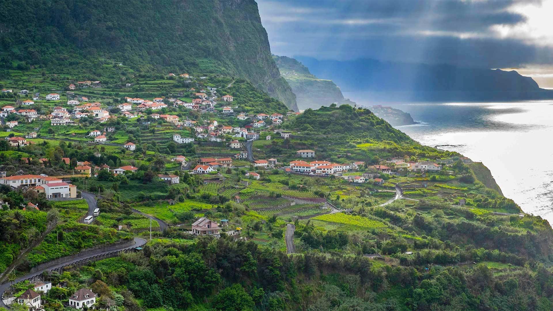 马德拉岛的北海岸,葡萄牙 (© Hemis/Alamy)