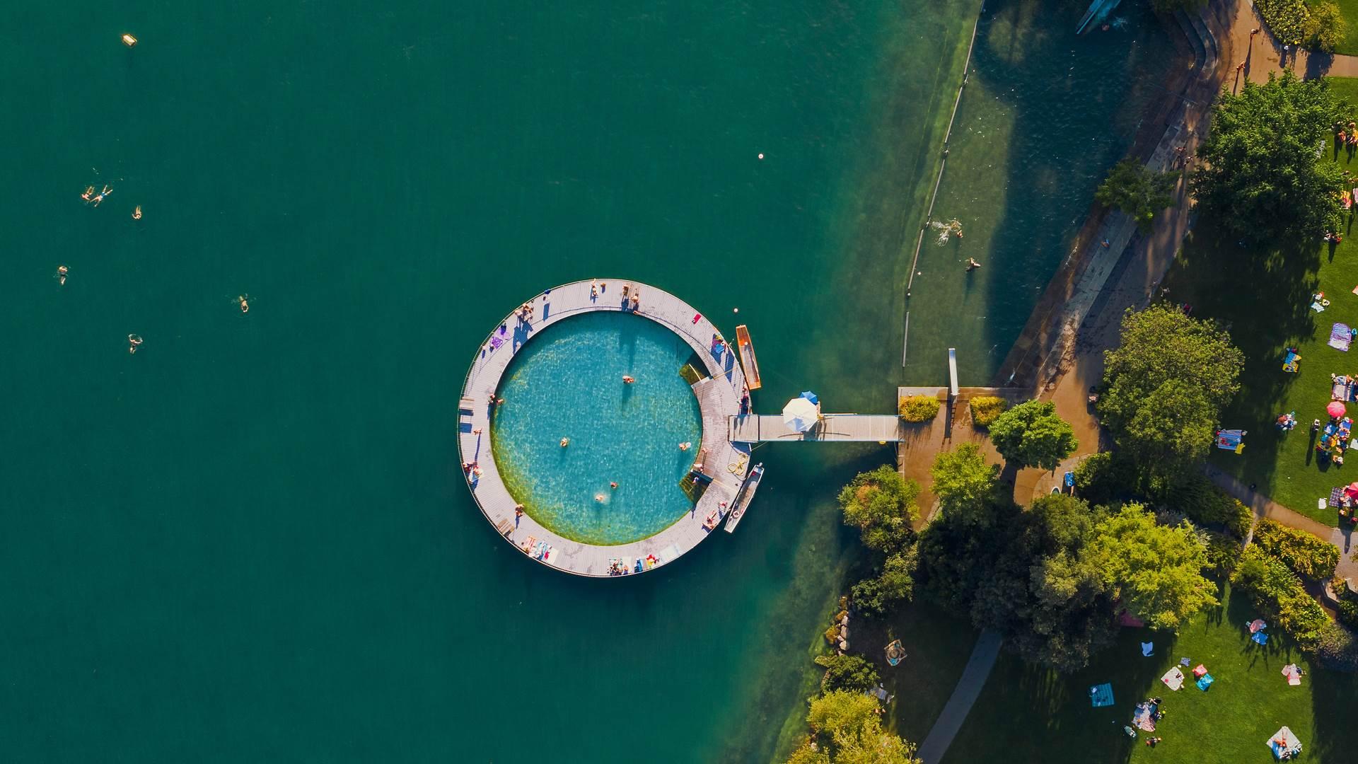 苏黎世湖岸边的室外游泳池,瑞士