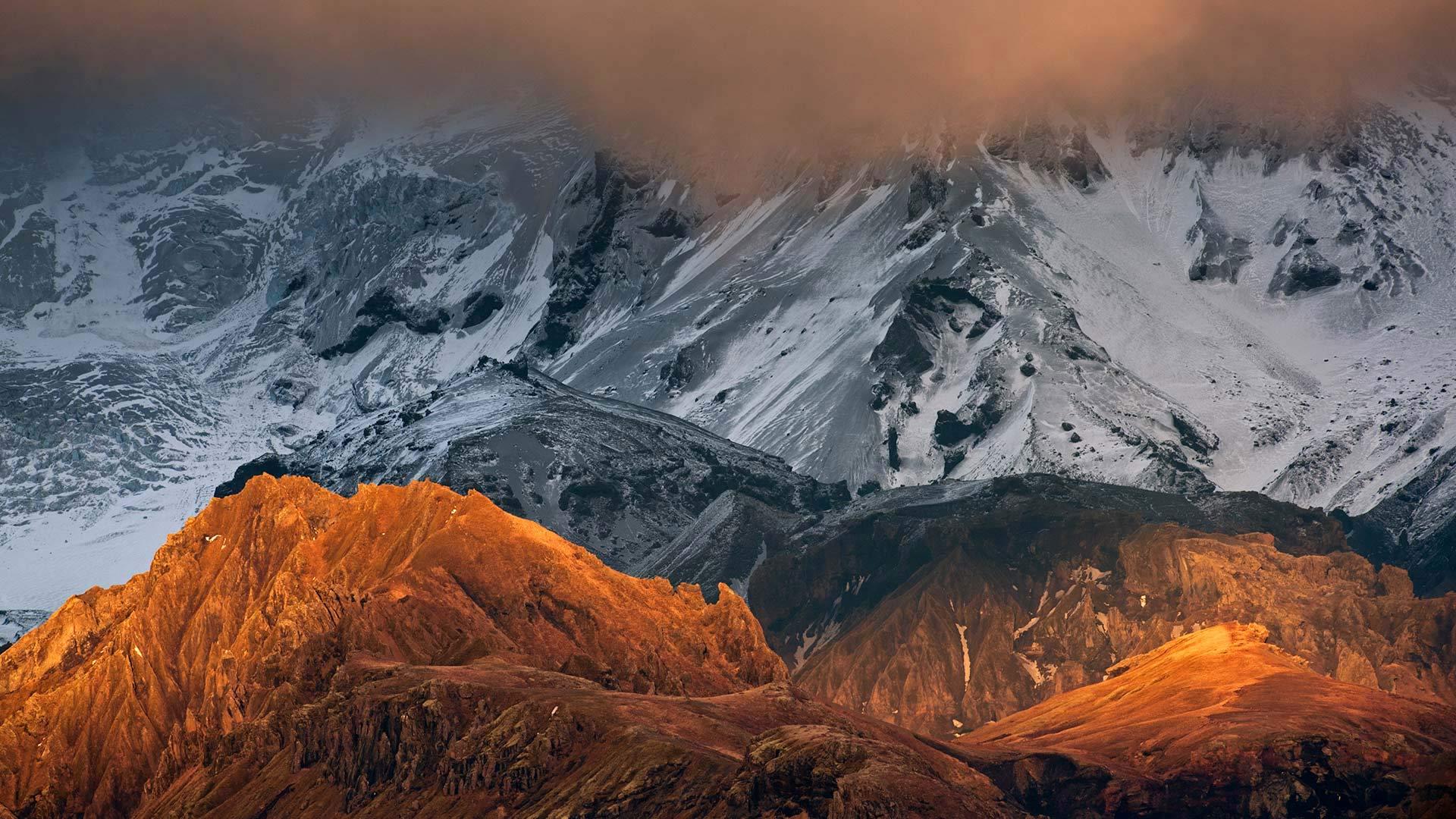 阳光照耀下的火山岩山脊