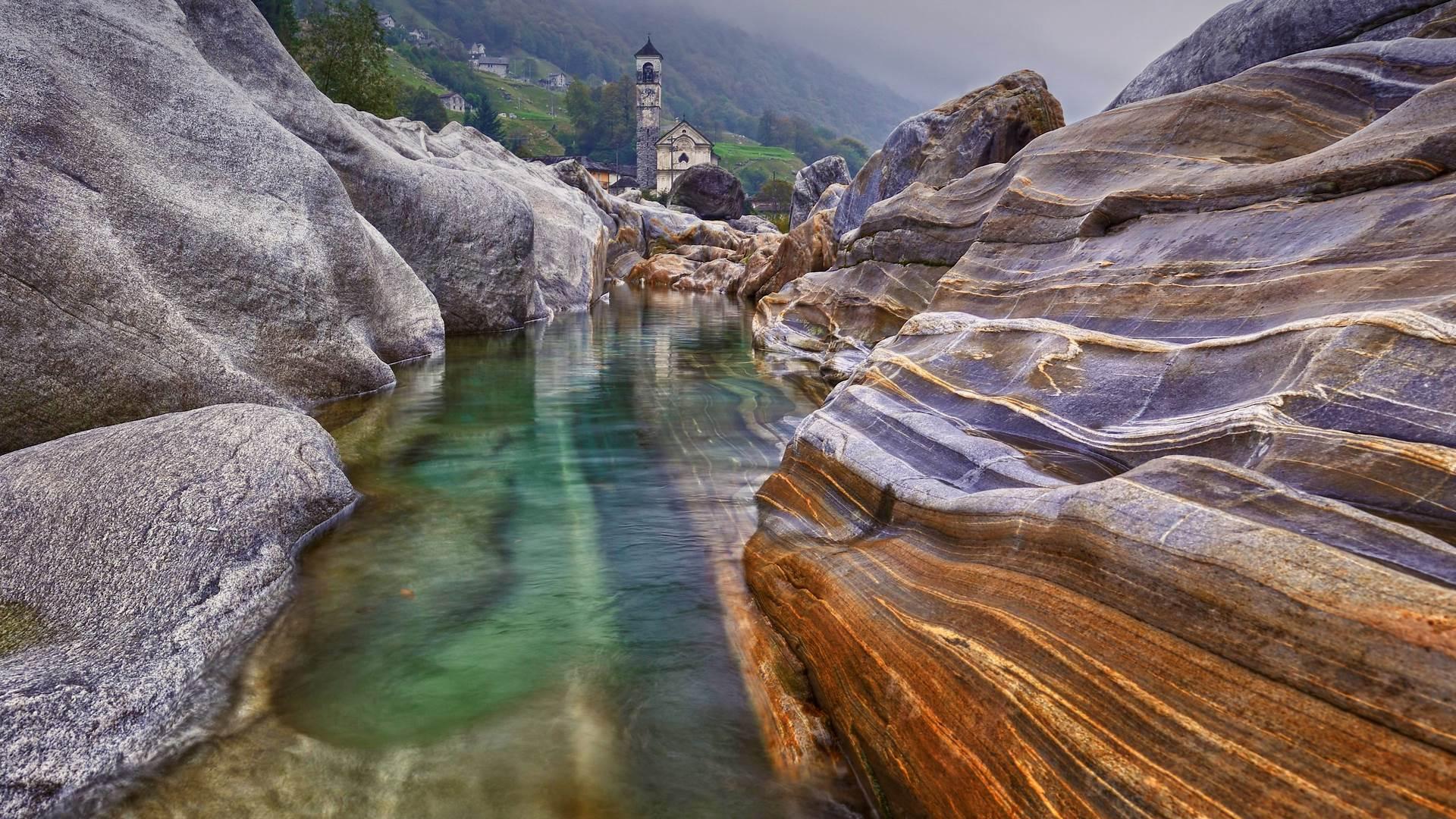 拉韦尔泰佐附近一条河里的石头,瑞士塞斯卡山谷
